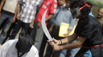 Attivisti per i diritti umani simulazione di una decapitazione in Arabia Saudita