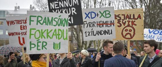 Reykjavik, le proteste fuori dal Parlamento dopo lo scandalo dei Panama Papers